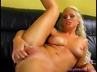 Vidéo x Bonasse blonde s'encule avec un Gode