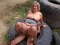 Video X Vieille Pute sexy baisée sous un pont