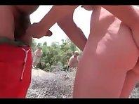 Groupe de naturistes se masturbent en public