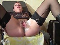 Pervers rase la chatte d'une femme en bas nylon